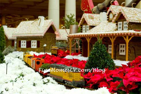 Bellagio Gingerbread Home and Toy Train